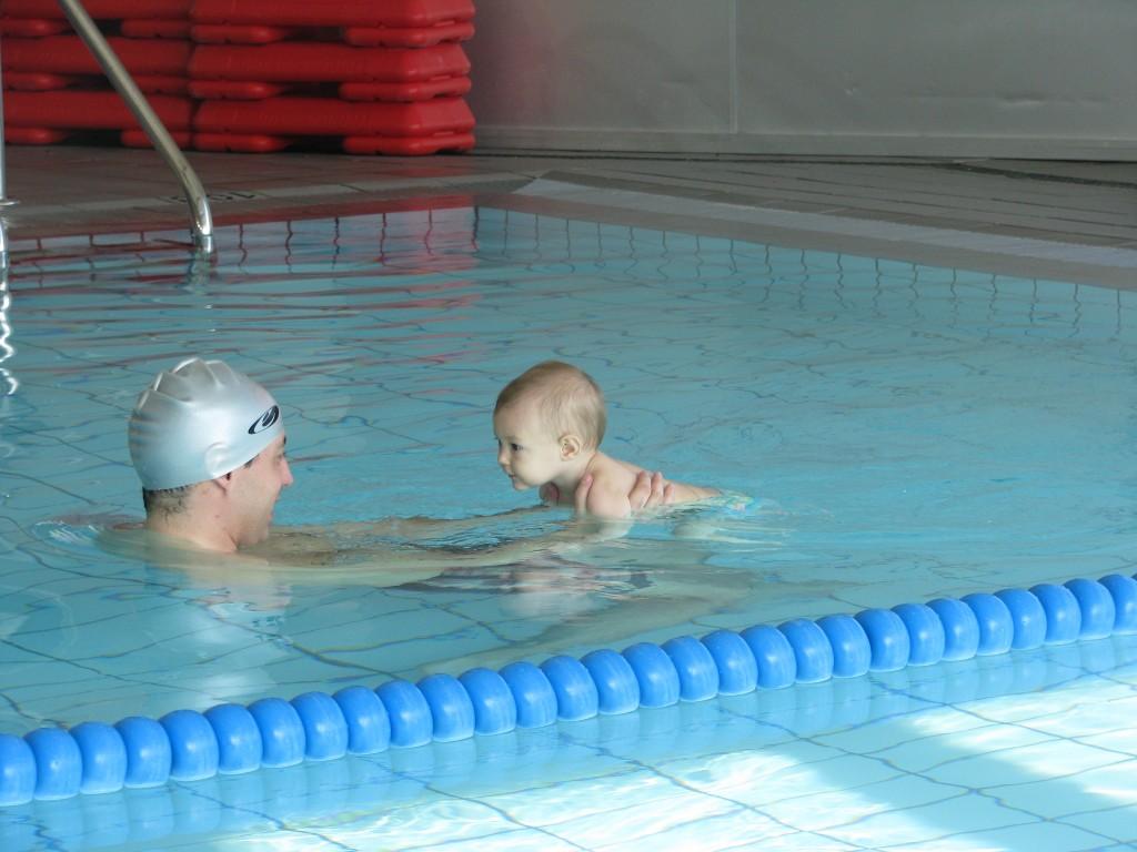 can caralleu natació nadons