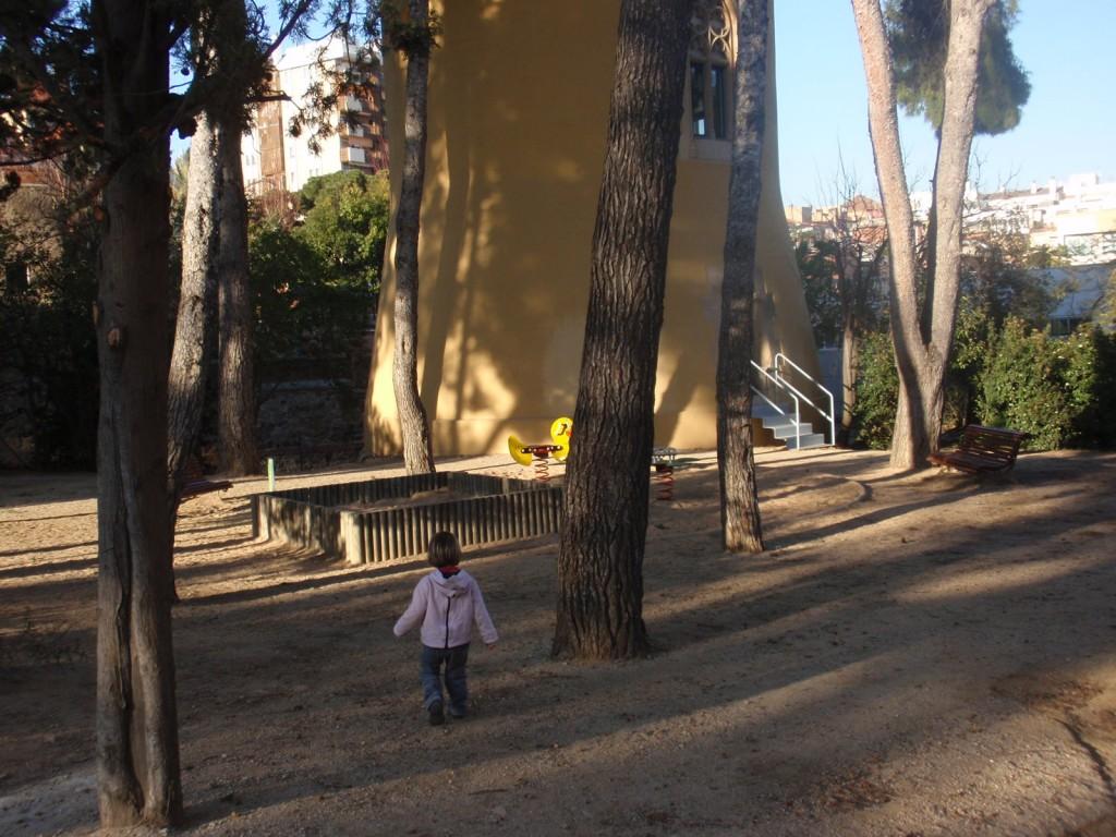 Can Ponsic, zona de jocs infantil i torre de vigilància