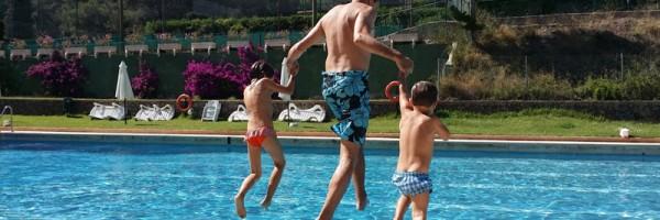 piscina descoberta amb nens